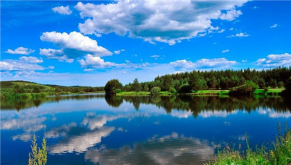 )   森林公园总面积41万亩,其中森林景观106万亩,草原景观20万亩,森林覆盖率75.2%。独特的气候与悠久的历史,造就了这里特殊的自然景观和人文景观。木兰围场咨询电话13623145002   著名景点   塞罕塔旅游景区 赛罕塔是景区中的主要景观,塔座高4米,塔身高42.8米,跨度21米,七层八角,仿古建筑。塔内设步行梯和电梯,能同时容纳约100人。景区内还有塞北灵验佛庙、跑马场、射击场、射箭场、民族歌舞表演等旅游娱乐项目。塞罕塔门票价格参考:25元/人  2、七星湖 这是一处自然风景区,在当地称